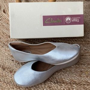 NEW Clark's silver leather flats 8.5